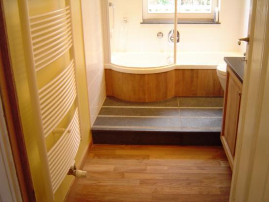 Salle de bain avec sol en bois exotic et Garnit