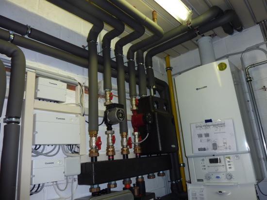 chaufferie  avec 4 circuits (piscine, déshumidification, maison et production d'eau chaude) et appoint solaire de 9 panneaux Ju